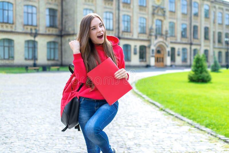 Foto della persona teenager emozionante attiva funky divertente allegra dei pantaloni a vita bassa che tiene testo con il un-segn immagine stock