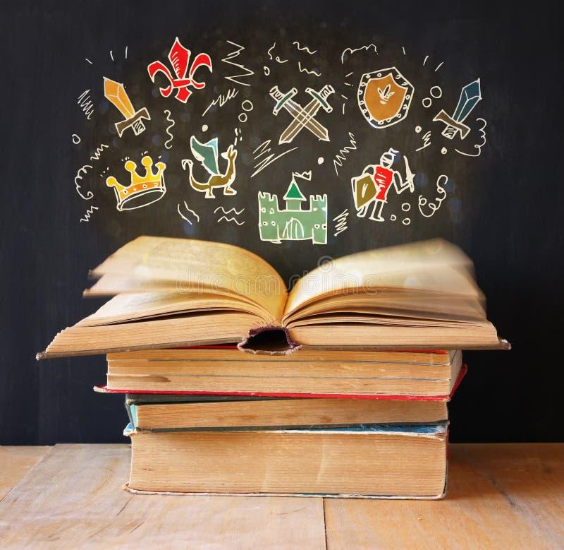 Foto della pila di vecchi libri il libro superiore è aperto con l'insieme del infographics concetto di istruzione e di immaginazi fotografia stock libera da diritti