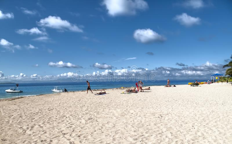 Foto della spiaggia dell'isola Figi migliore Nuvole della gente, nave e barche bianche di nuoto e immergendosi fotografie stock libere da diritti