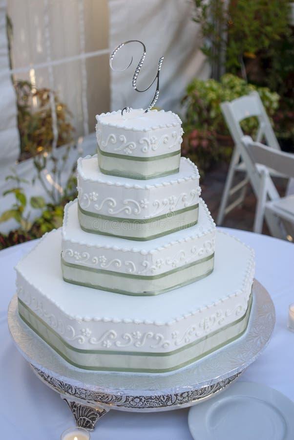 Foto della tavola della torta nunziale ad essere della ricezione immagine stock libera da diritti