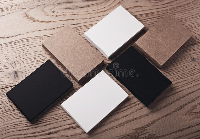 Foto delle carte bianche, nere e di impresa artigiana sulla tavola di legno orizzontale fotografia stock