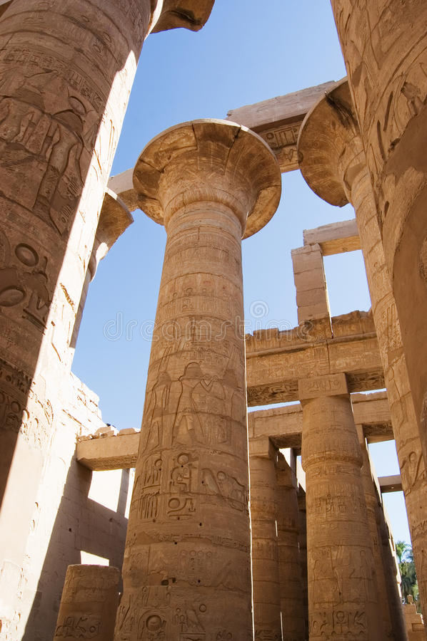 Foto delle colonne al tempiale di Karnak, Luxor, Egitto immagine stock libera da diritti