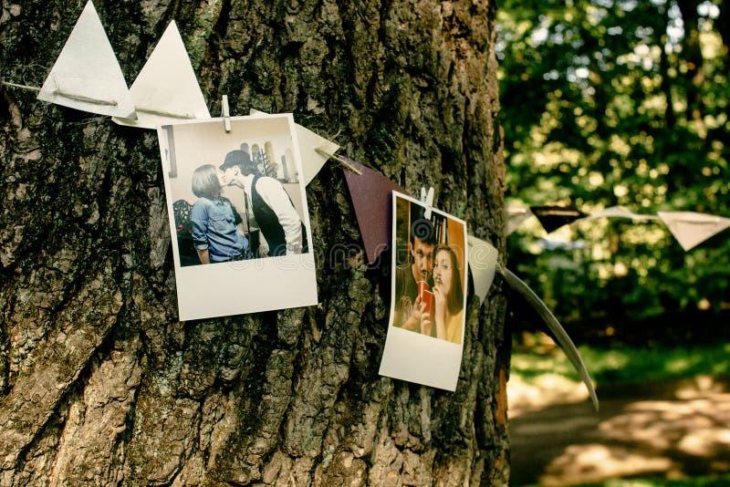 Foto delle coppie e dei nastri che appendono sull'albero, ornamento fatto a mano immagine stock libera da diritti