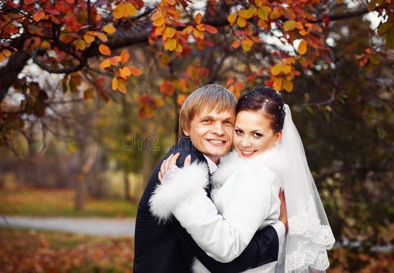 Foto delle persone appena sposate felici all'aperto immagine stock