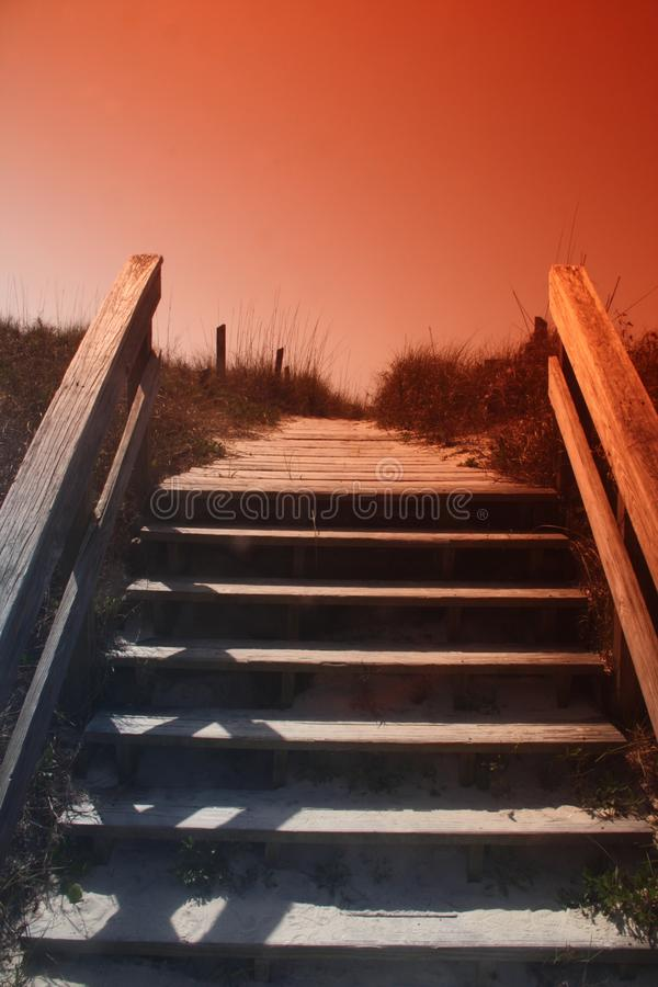 Foto delle scale che conducono per trascinare alla spiaggia fotografia stock libera da diritti