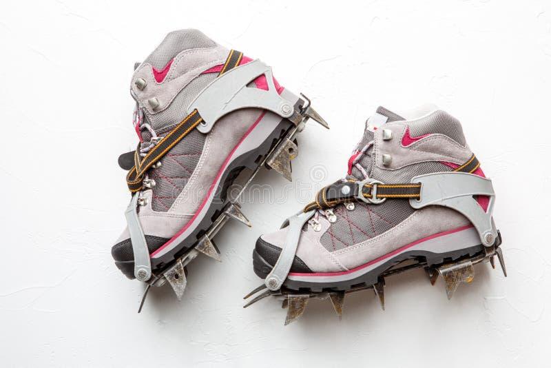 Foto delle scarpe della montagna con le punte isolate su fondo bianco immagine stock libera da diritti