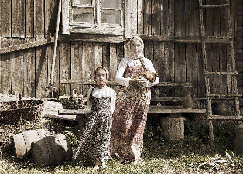 Foto delle sorelle in azienda agricola fotografie stock libere da diritti