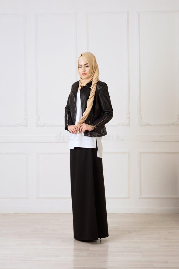 Foto dello studio di un tipo orientale della giovane donna di abbigliamento che associazioni moderne e stile musulmano e un bello immagini stock