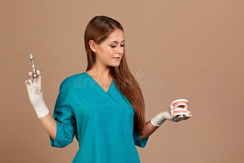 Foto dentaria di concetto del dente della ciste di puntura o di anestesia Siringa della tenuta del dentista di medico, perseguent fotografia stock libera da diritti