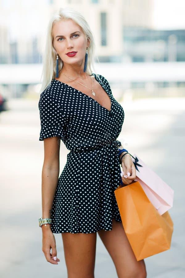 Foto der Blondine auf dem Einkaufen stockfotografie