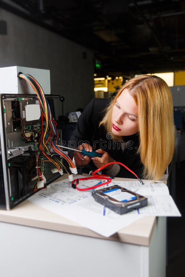 Foto der Frau bei Tisch nahe bei defektem Prozessor stockbilder
