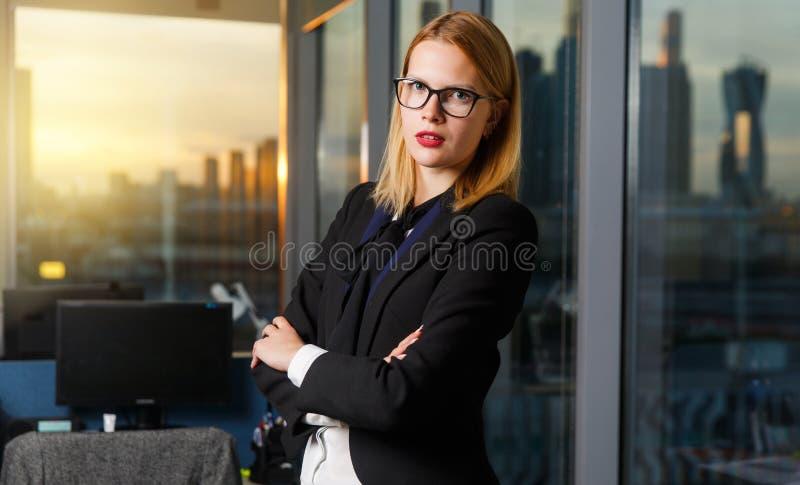 Foto der Frau mit Gläsern mit den Armen kreuzte durch Glaswand herein lizenzfreies stockbild