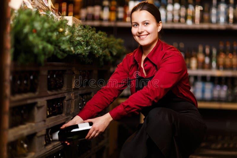 Foto der glücklichen Frau mit Flasche Wein stockfotografie