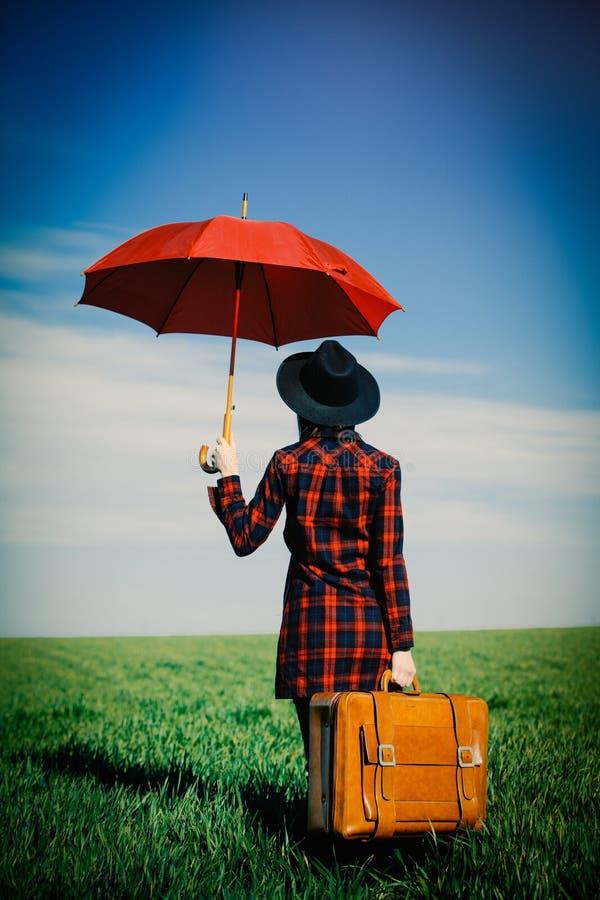 Foto der jungen Frau mit Koffer und Regenschirm stockbild