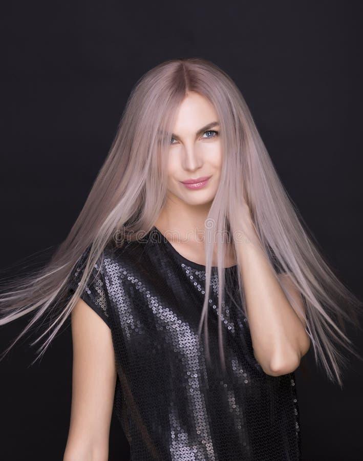 Foto der jungen schönen Frau mit dem ausgezeichneten Haar stockbild