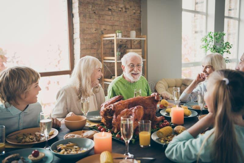 Foto der kompletten Familientreffen Zusammenkunft Sessellift Festspeisen Putenspeise Tisch Kommunikation Herbst November Urlaub M stockfotografie