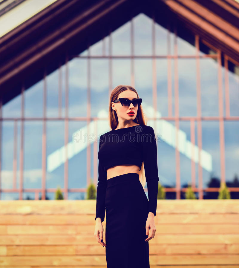 Foto der Mode im Freien der schönen jungen Frau stockfotos