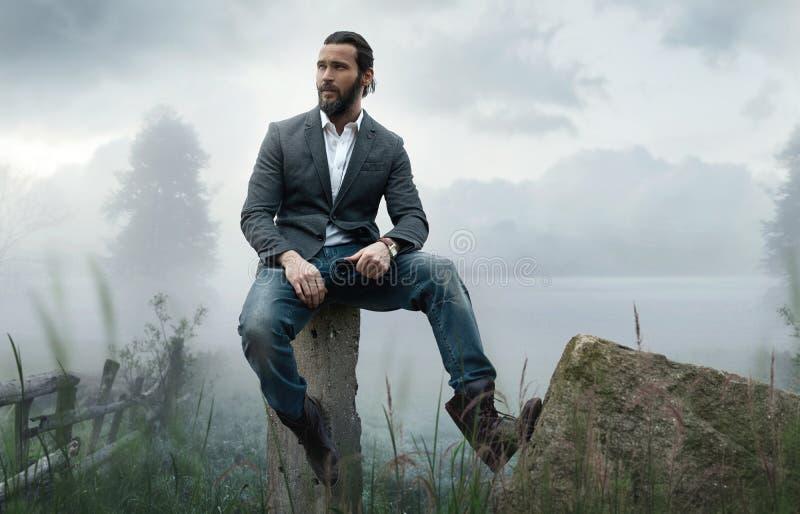 Foto der Mode im Freien des stilvollen gutaussehenden Mannes stockfotos