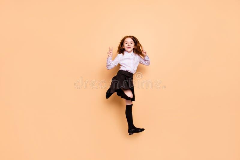 Foto der natürlichen Größe des reizenden Kindes machen Vzeichen, die das Springen Rock hart trifft lang weiße Bluse lokalisierten stockbild