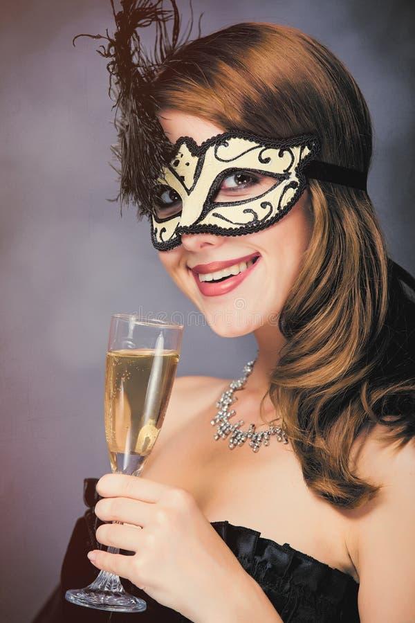 Foto der schönen jungen Frau in der Maske mit Weinglas champag lizenzfreies stockbild