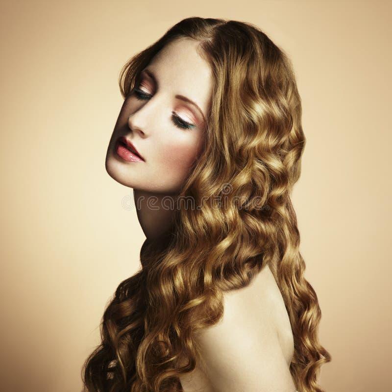 Foto der schönen jungen Frau. Weinleseart stockbilder