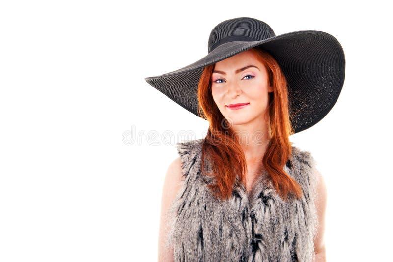 Foto der Schönheit auf einem schwarzen Modehut. Studioporträt lizenzfreie stockfotos