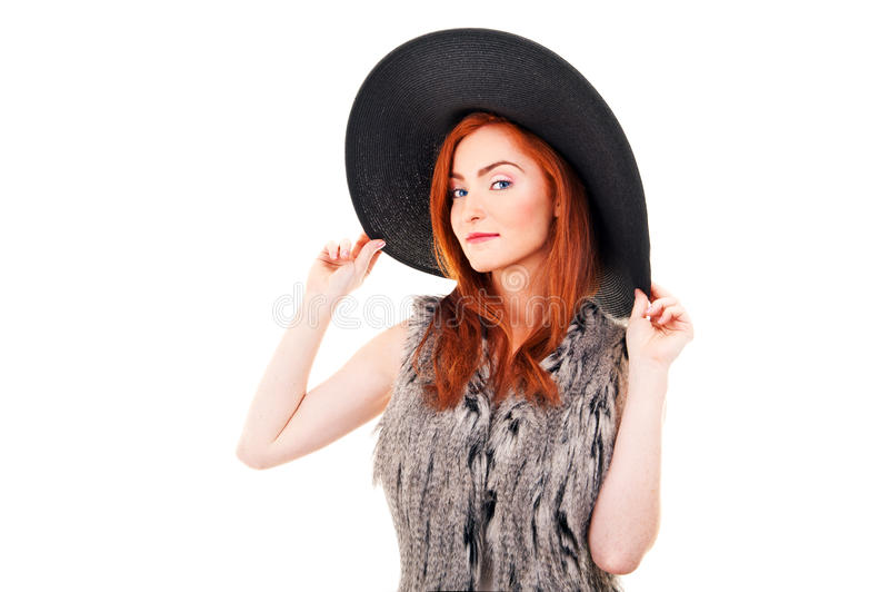 Foto der Schönheit auf einem schwarzen Modehut. Studioporträt stockfotos