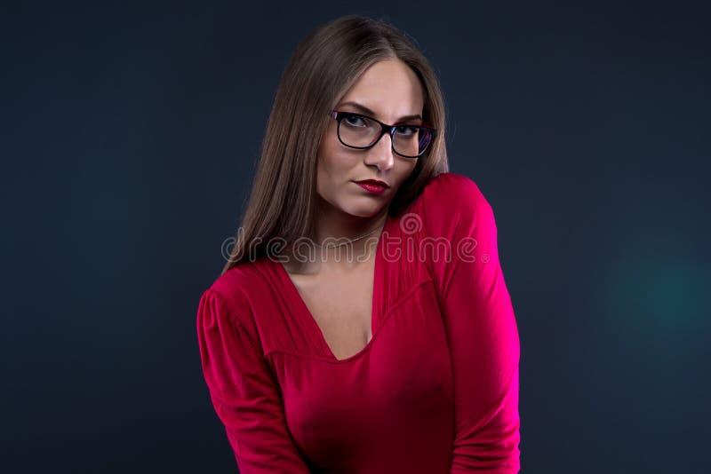 Foto der schüchternen Frau im Rot lizenzfreie stockbilder