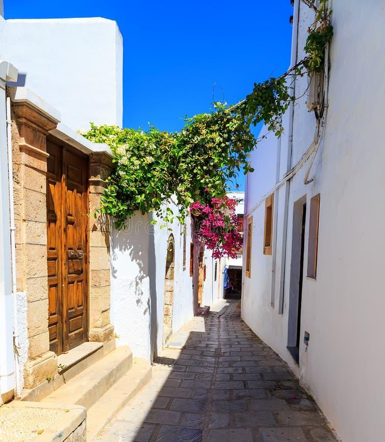 Foto der schmalen Straße in Lindos Rhodos, Griechenland stockfoto