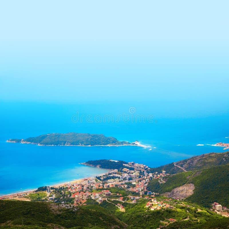 Foto der Stadt auf Küste von der VogelSideansicht lizenzfreies stockbild