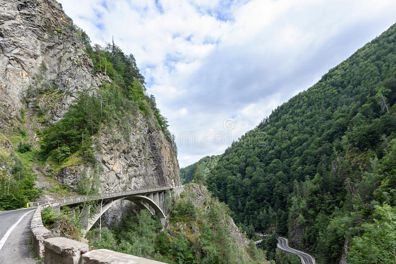 Foto der Straße und der Brücke in fagaras Bergen lizenzfreies stockbild