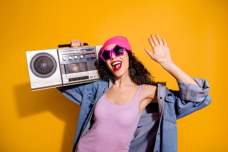 Foto der verrückten Dame mit Bandaufnahmegerät auf Schulterkühlung bei Disco-Partys tragen zwanglose, gelbe Kleidung stockfoto