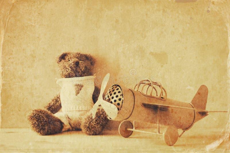 Foto der Weinlesespielzeugfläche und des netten Teddybären lizenzfreie stockfotografie
