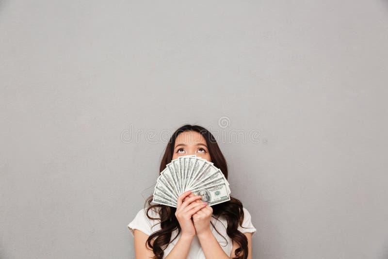 Foto des asiatischen Bedeckungsgesichtes der Reiche 20s mit Fan des Geldes tun lizenzfreie stockbilder