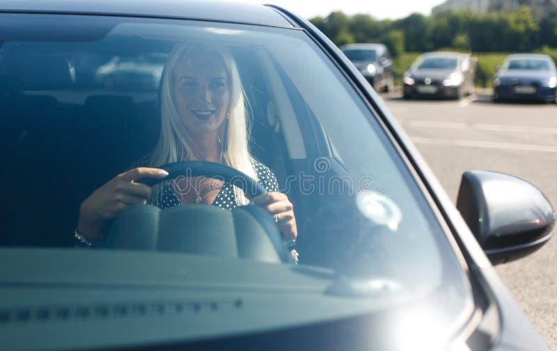 Foto des blonden treibenden Autos lizenzfreies stockbild