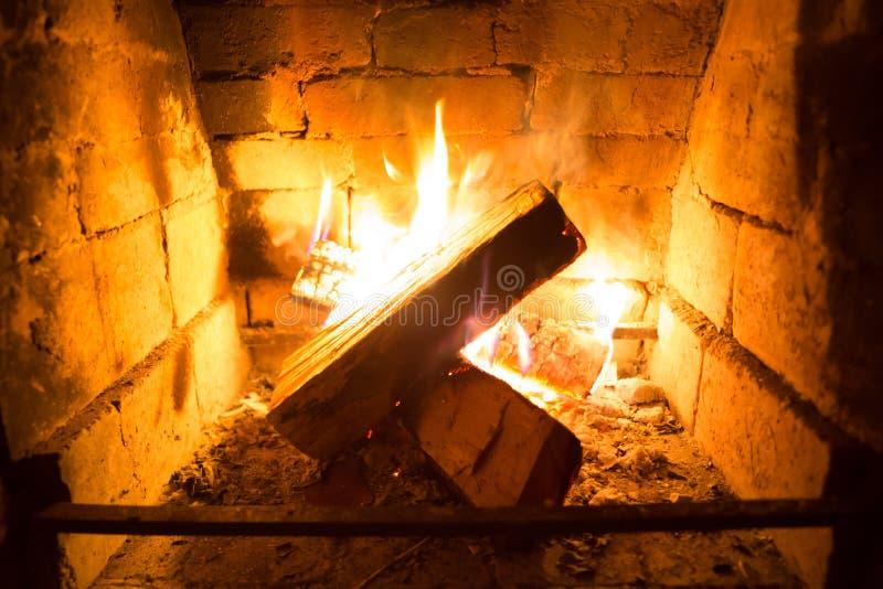 Foto des brennenden Feuers im Kamin f?r Grafik und Webdesign, f?r Website oder mobilen App lizenzfreie stockfotografie