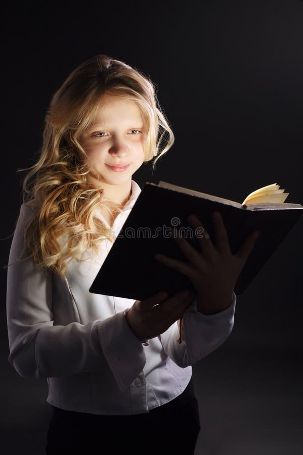 Foto des Buches des jungen Mädchens Lese stockfoto