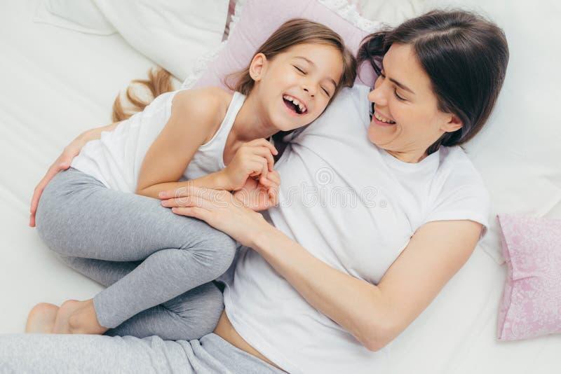 Foto des entzückenden kleinen Kindes und ihre Mutter haben Spaß zusammen i stockfotos