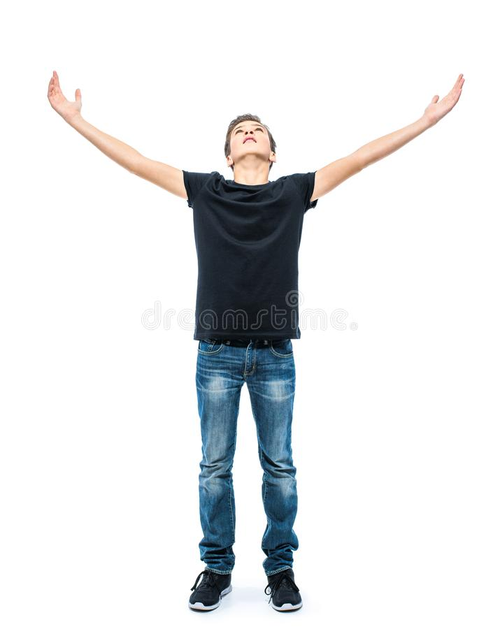Foto des jugendlich Jungen mit den angehobenen Händen oben am Studio stockbild