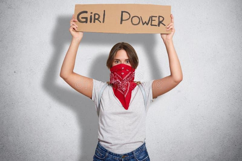 Foto des jungen netten Feminists kleidete in weißem casul t shir, sagt Griffzeichen Mädchenmacht, Nachfragen, die Frauen mit Männ stockbild