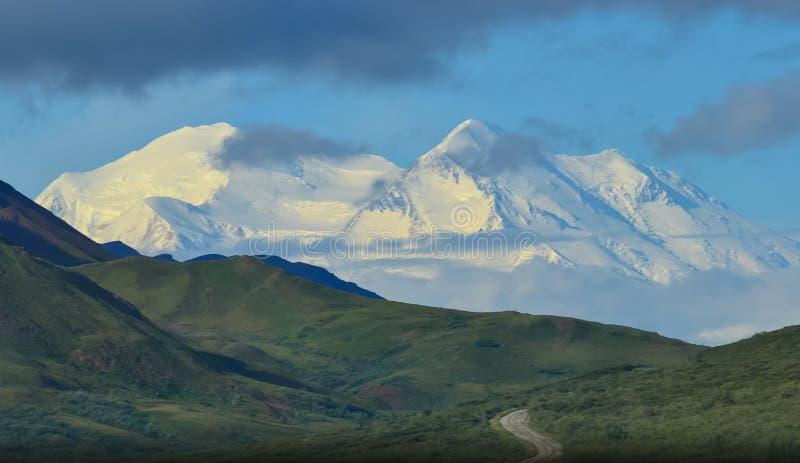 Foto des lauten Summens des Bergs Denali - mt McKinley mit Nationalpark Denali-Parkstraße Denali und Konserve, Alaska, Vereinigte lizenzfreies stockbild