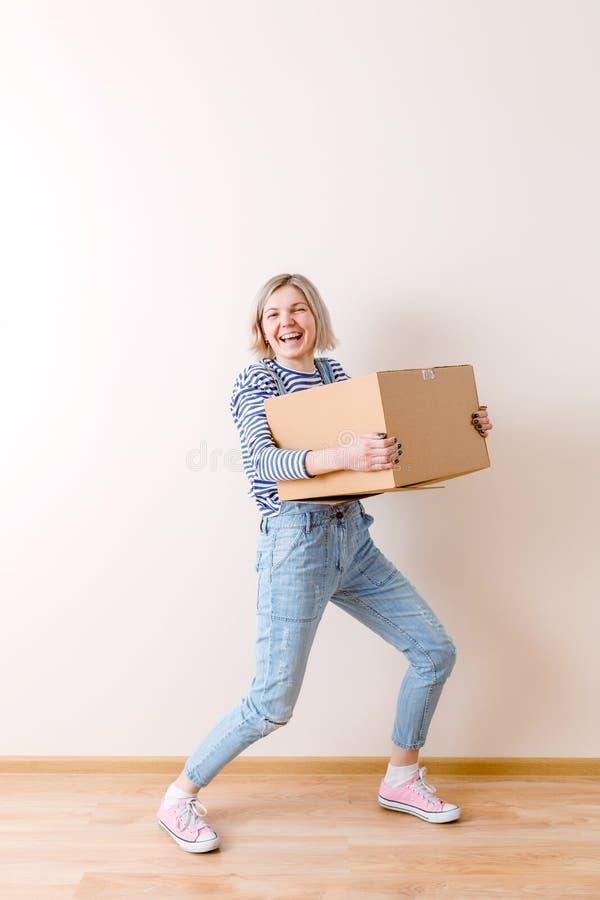 Foto des Mädchens mit Pappschachtel lizenzfreies stockfoto