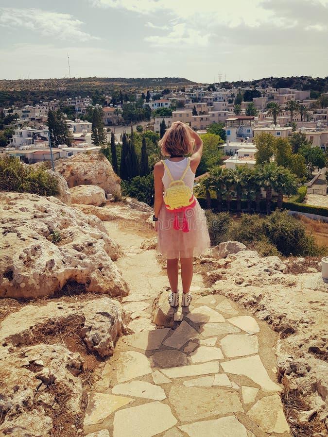 Foto des Mädchens vom hinteren, die Stadt betrachtend stockfoto