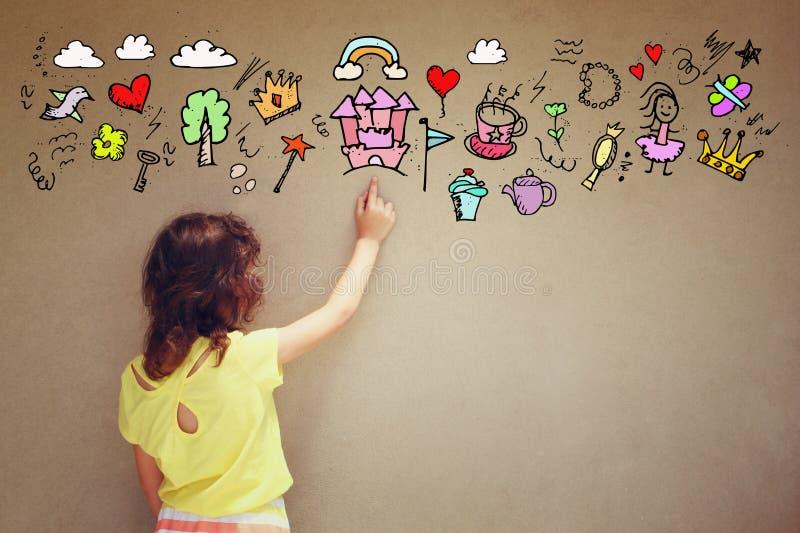 Foto des netten Kindes stellen sich Prinzessin oder Märchenphantasie vor Satz infographics über strukturiertem Wandhintergrund lizenzfreies stockfoto