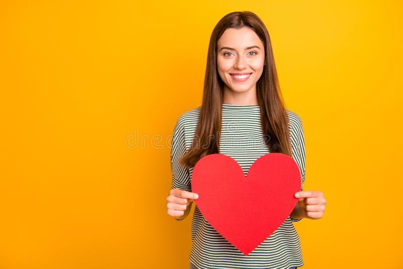 Foto des netten schönen reizend bezaubernden Mädchens, das rotes Herz der Liebe hält, um zu feiern ihre Freundwann stockfoto