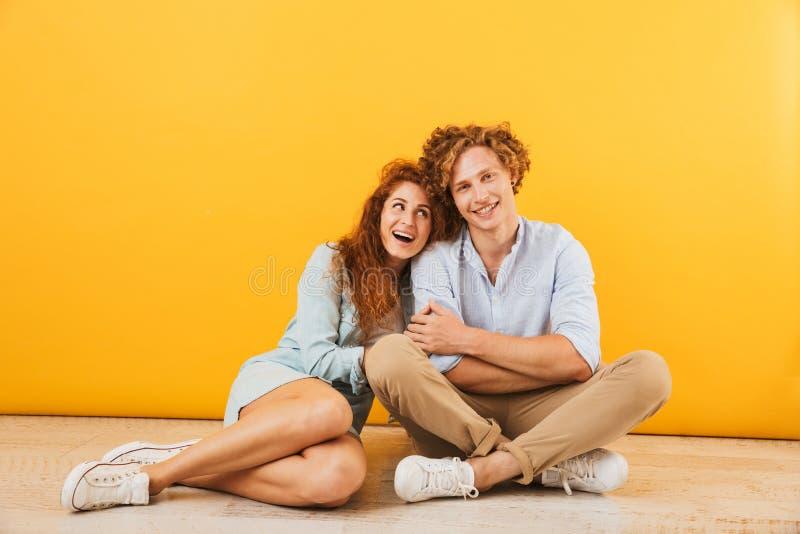 Foto des optimistischen Mannes und der Frau 20s des glücklichen Paars Lächeln und h stockfotografie