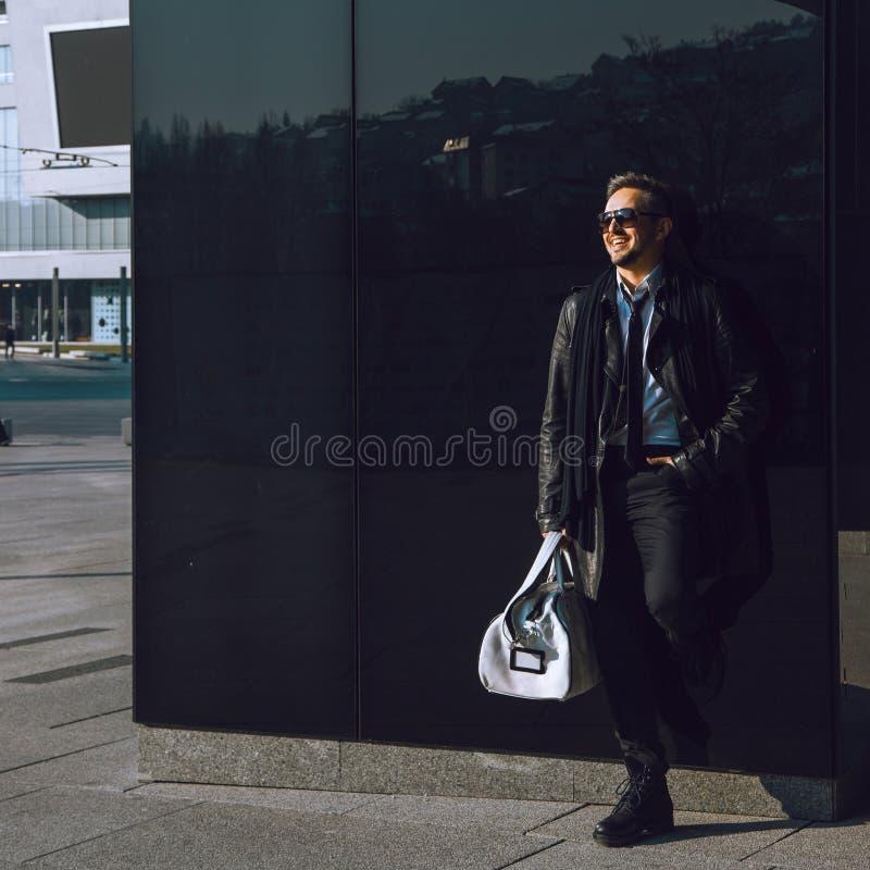 Foto des Schönheitsmode-modells in der Ledermanteltasche und -Sonnenbrille lizenzfreie stockfotografie