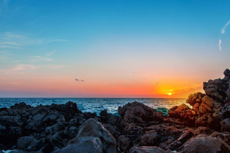 Foto des Sonnenaufgangs in Meer lizenzfreie stockbilder