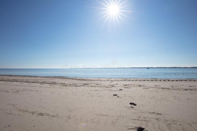Foto des Strandes im schönen Wetter lizenzfreie stockbilder