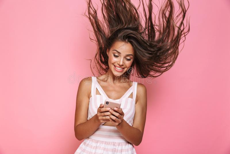 Foto des tragenden Kleides der Schönheit 20s, das m lächelt und hält stockbilder